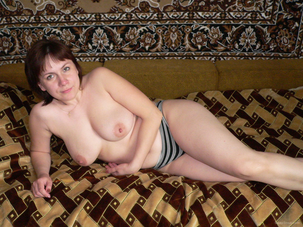 Amateur wife with ample bosum posing for topless photos