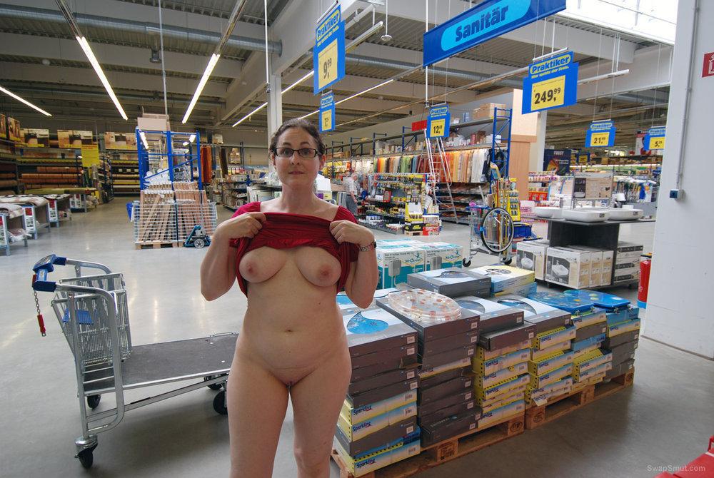 Als zeigegeiles Luder im Baumarkt unterwegs public nudity