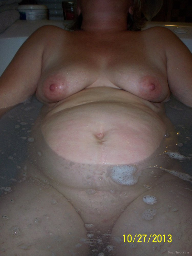 Wife big tits and tight pussy relaxing in bath tub full of water