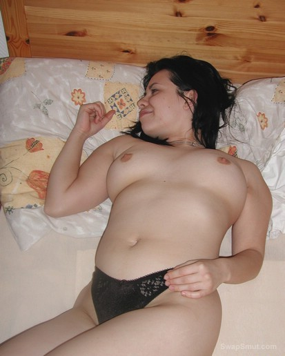warm welcome to LAURA posing nude in the bedroom