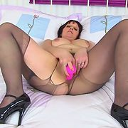 Beau UK milfslut at it again putting a pink dildo up her sweet cunt