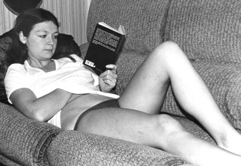 lecture serie 01 masturbating on the sofa