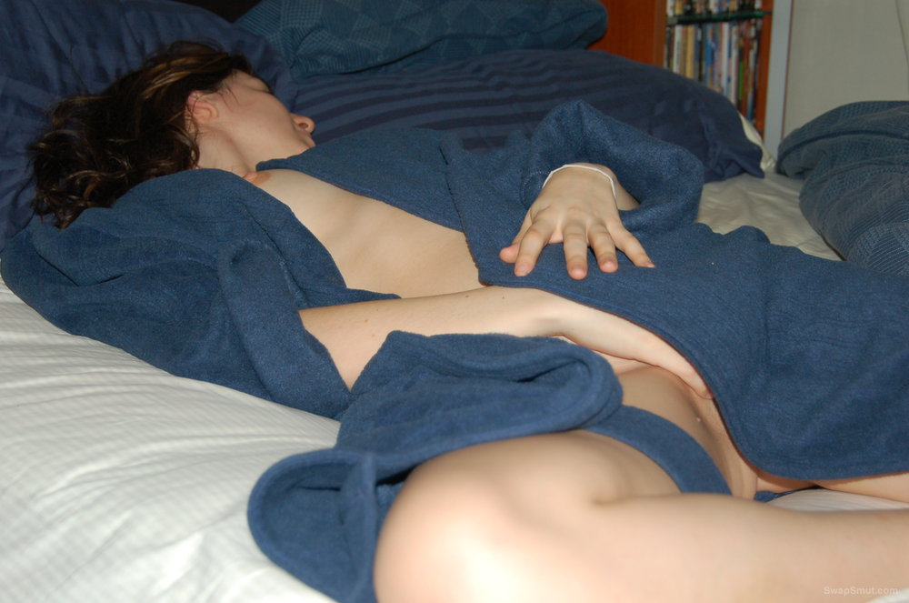 amateur woman playing with herself on the bed