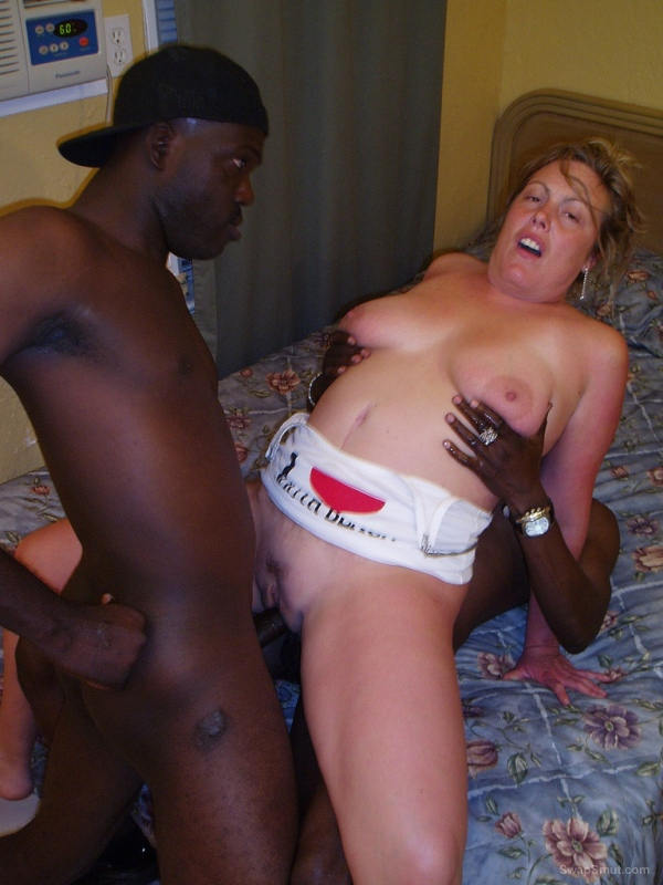 More Mature bitch fucking with her ​​black lover, you like this bitch?