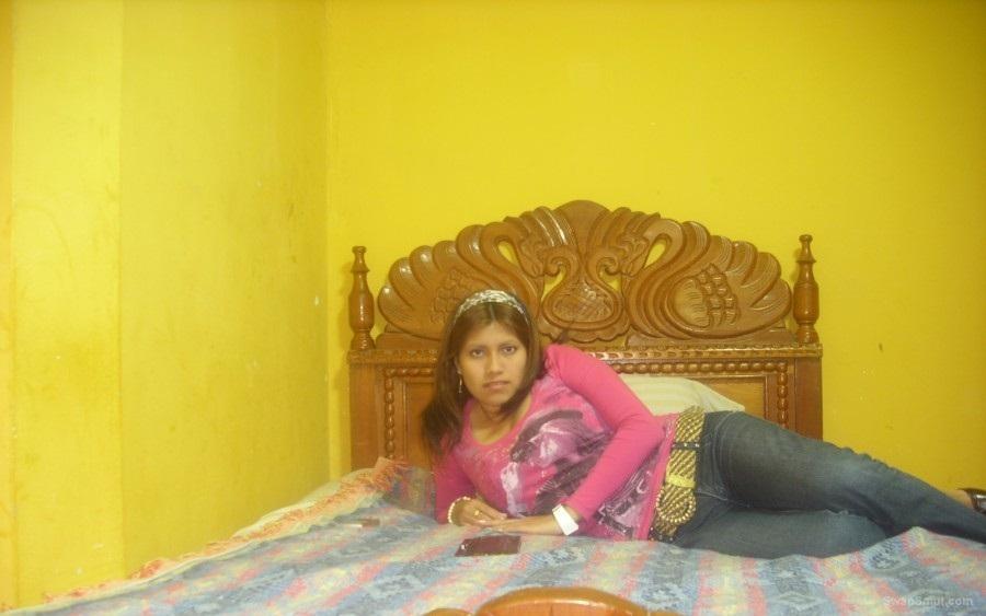 En mi cuarto compartiendo fotos con mi amante amiga nos calentamos