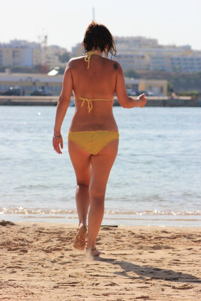 Las vacaciones de mi mujer pillada wife in bikini and nude