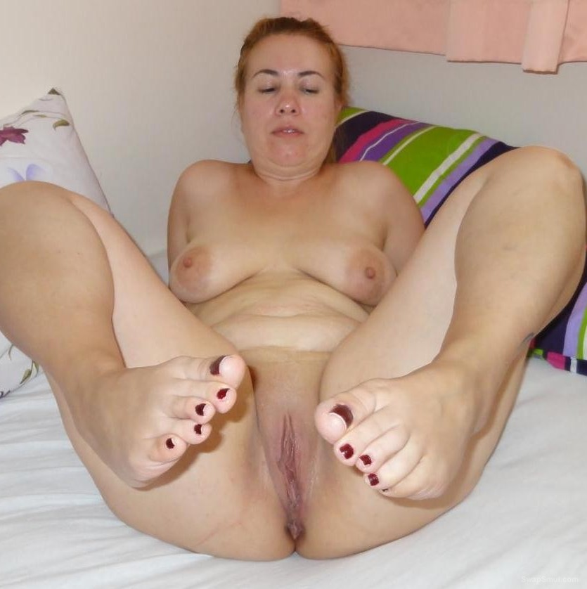 Chubby wife with sexy toes show us everything fully nude pics