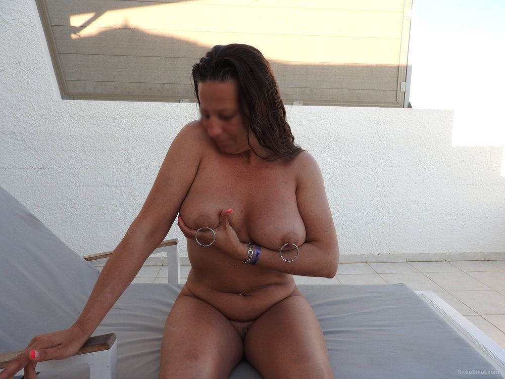 Nue sur la terrasse de l'hotel nude on hotel sun lounger with piercings