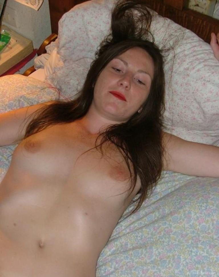 UK milf posing spread eagle on bed sexy hot brunette amateur