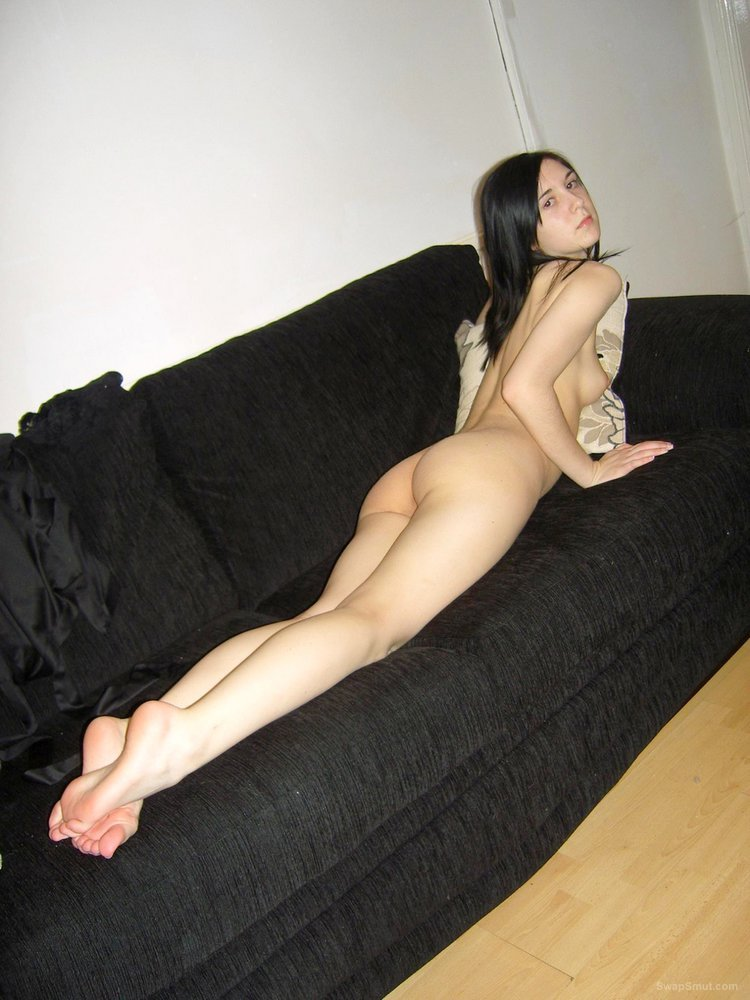 Slim brunette spreads her nice pussy on the couch