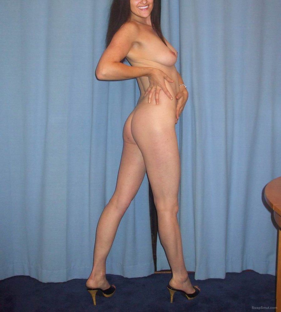 Exhibitionist milf Mimi nude wearing high heels