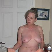 Mature amateur lady posing for explicit adult amateur photos
