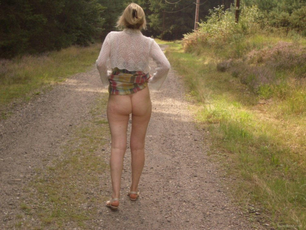 Exhibition de ma femme en forêt exhibitionist lady flashing in woods